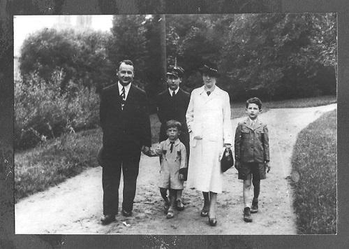 http://pliki.ifk.uw.edu.pl/upload/5_1937_Kubiakowie_z_synami.jpg
